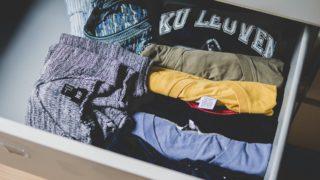 Sorteret skuffe med tøj