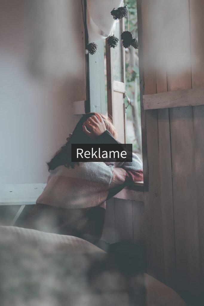 kvinde sidder i vindue