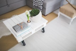 Hvidt sofabord i ren stue